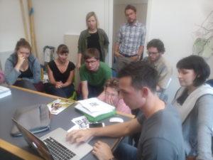 ein Teil des Teams bei der Besprechung der letzten technischen Einzelheiten